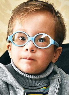 Святослав Лукин, 3 года, миопия тяжелой степени, спазм аккомодации (нарушение работы глазных мышц), расходящееся косоглазие, требуется комплексное лечение. 217000 руб.