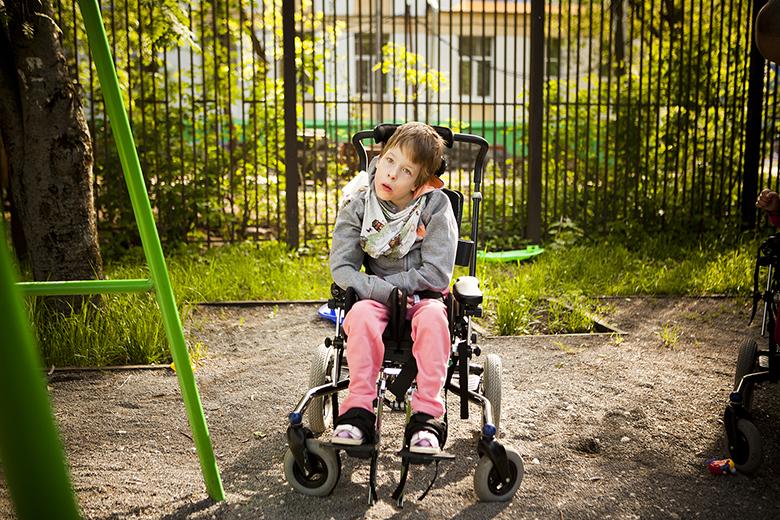 5. Тоня очень любит смотреть, как играют, гуляют и катаются на качелях другие дети