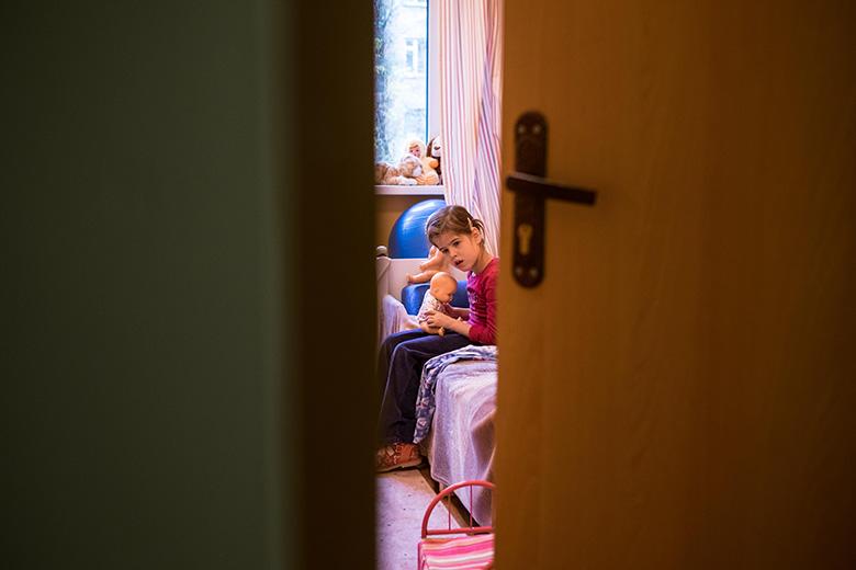 9. Вика потихоньку привыкает к новому дому, скоро ее запишут в школу и на занятия в Центр лечебной педагогики